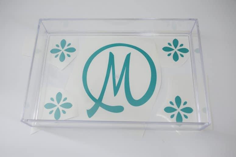 Decorate an acrylic tray to organize toiletries